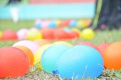 Pallone Colourful sull'erba Immagini Stock Libere da Diritti