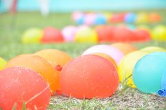 Pallone Colourful sull'erba Fotografia Stock Libera da Diritti