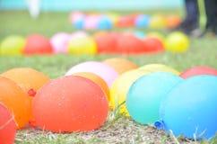 Pallone Colourful sulla terra Immagine Stock
