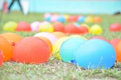 Pallone Colourful sulla terra Immagini Stock Libere da Diritti