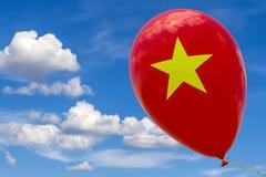 Pallone con l'immagine della bandiera nazionale del Vietnam, volante attraverso il cielo blu 3D rappresentazione, illustrazione c illustrazione di stock