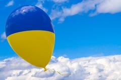 Pallone con l'immagine della bandiera nazionale dell'Ucraina, volante attraverso il cielo blu 3D rappresentazione, illustrazione  royalty illustrazione gratis
