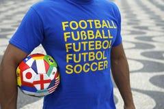 Pallone da calcio brasiliano internazionale Copacabana Rio del giocatore di football americano Immagine Stock Libera da Diritti