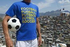 Pallone da calcio brasiliano Rio Favela Slum del giocatore di football americano Immagini Stock
