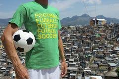 Pallone da calcio brasiliano Rio Favela Slum del giocatore di football americano Fotografia Stock