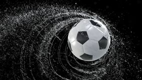 Pallone da calcio che emette giro rapido delle gocce di acqua, con la maschera di rgb, animazione di 4k 3d illustrazione di stock
