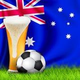 Pallone da calcio 3d e vetro realistici di birra su erba con la bandiera d'ondeggiamento nazionale dell'Australia Progettazione d illustrazione di stock