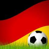 pallone da calcio davanti alla bandiera tedesca Fotografia Stock