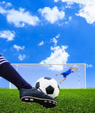 Pallone da calcio della fucilazione del piede allo scopo Fotografie Stock