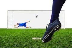 Pallone da calcio della fucilazione del piede allo scopo Immagine Stock