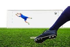 Pallone da calcio della fucilazione del piede allo scopo Immagine Stock Libera da Diritti