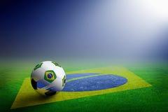 Pallone da calcio e bandiera del Brasile fotografia stock libera da diritti