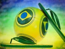 Pallone da calcio e Flip-flop con la bandiera del Brasile Fotografie Stock Libere da Diritti
