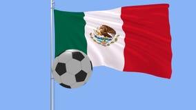 Pallone da calcio e la bandiera d'ondeggiamento del Messico su un fondo blu, rappresentazione 3d Immagine Stock Libera da Diritti