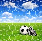 Pallone da calcio e morsetti Immagini Stock Libere da Diritti