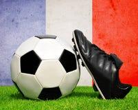 Pallone da calcio e morsetti in erba Fotografia Stock Libera da Diritti