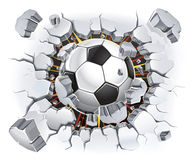 Pallone da calcio e vecchio danno della parete del gesso. Fotografia Stock Libera da Diritti