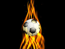 Pallone da calcio in fiamma ascendente su fondo nero Immagini Stock