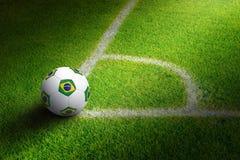 Pallone da calcio nell'angolo del campo immagini stock libere da diritti