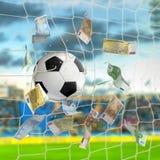 Pallone da calcio nella rete con fotografie stock libere da diritti