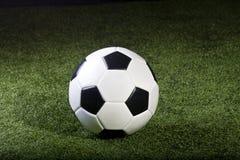 Pallone da calcio su erba Immagine Stock Libera da Diritti