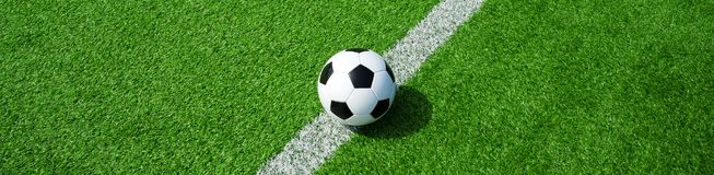 Pallone da calcio su erba artificiale verde, formato di paesaggio, per un'insegna fotografia stock libera da diritti