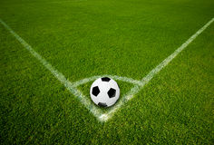 Pallone da calcio su punto d'angolo Immagini Stock