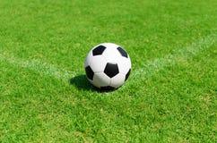 Pallone da calcio sul campo di calcio Fotografia Stock