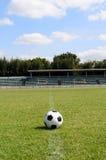 Pallone da calcio sul campo di calcio Fotografie Stock