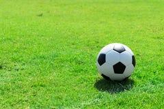 Pallone da calcio sul campo di calcio Immagine Stock Libera da Diritti