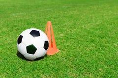 Pallone da calcio sul campo di calcio. Immagine Stock
