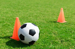 Pallone da calcio sul campo di calcio. Fotografie Stock Libere da Diritti