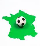 Pallone da calcio sul contorno verde Francia Fotografia Stock Libera da Diritti