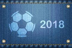 Pallone da calcio sul fondo delle blue jeans 2018 Immagini Stock