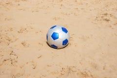 Pallone da calcio sulla spiaggia Fotografia Stock Libera da Diritti