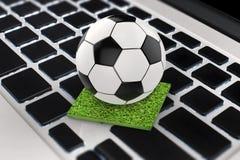 Pallone da calcio sulla tastiera di computer Fotografia Stock