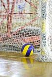 Pallone da calcio in una palestra fotografia stock libera da diritti