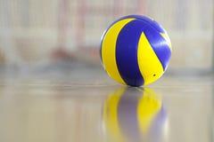 Pallone da calcio in una palestra fotografie stock libere da diritti
