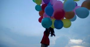 Pallone della tenuta della ragazza con il fondo del cielo archivi video