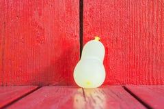 Pallone di acqua su legno rosso Fotografie Stock