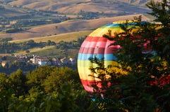 Pallone di camminata ed il panorama delle montagne Fotografia Stock