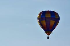 Pallone di camminata ed il panorama delle montagne Fotografia Stock Libera da Diritti
