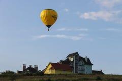 Pallone giallo in cielo blu in Schodnica, Ucraina Immagine Stock