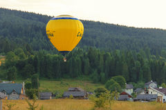 Pallone giallo in colline di Carpatian, Schodnica, Ucraina Fotografia Stock Libera da Diritti