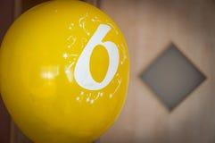 Pallone giallo con il numero sei per la festa di compleanno immagine stock libera da diritti