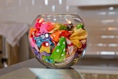 Pallone non riempito variopinto nel fishbowl una ciotola del pesce fotografie stock libere da diritti