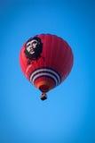 Pallone rosso di volo Fotografia Stock