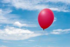 Pallone rosso nel cielo fotografia stock