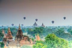 Pallone sopra le tempie di Bagan nel viaggio del Myanmar Asia Immagini Stock