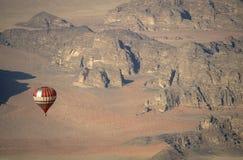 Pallone sopra Wadi Rum Jordan Fotografia Stock